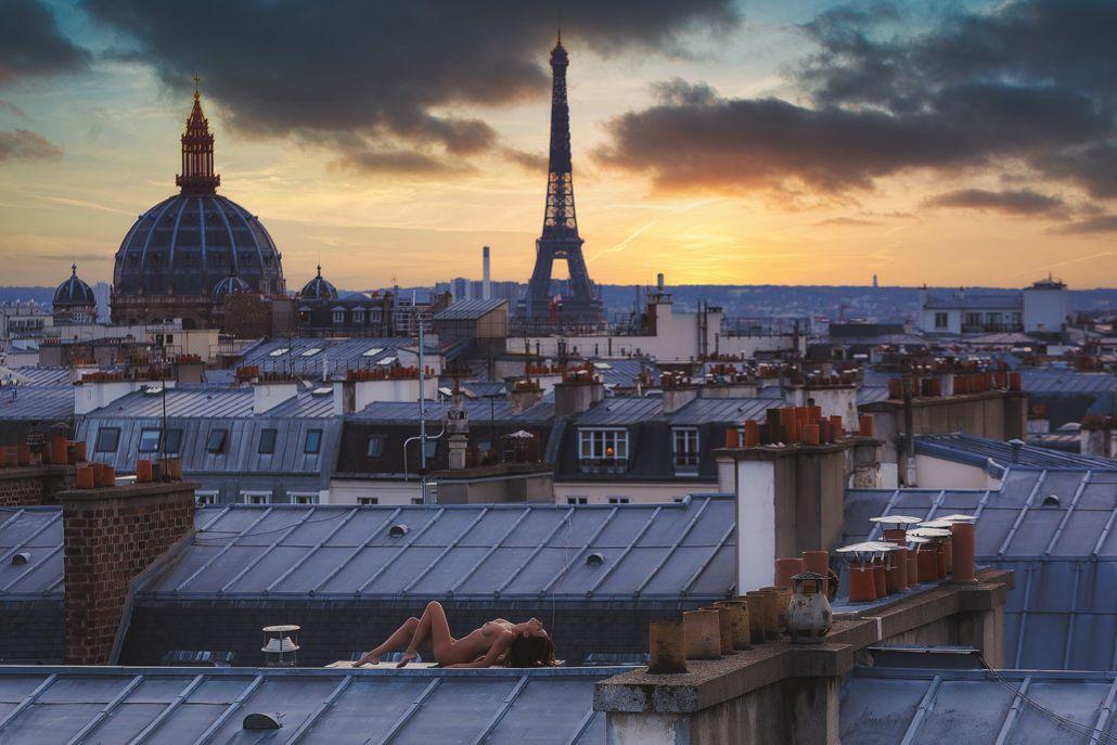 Modèle nu sur les toit de Paris